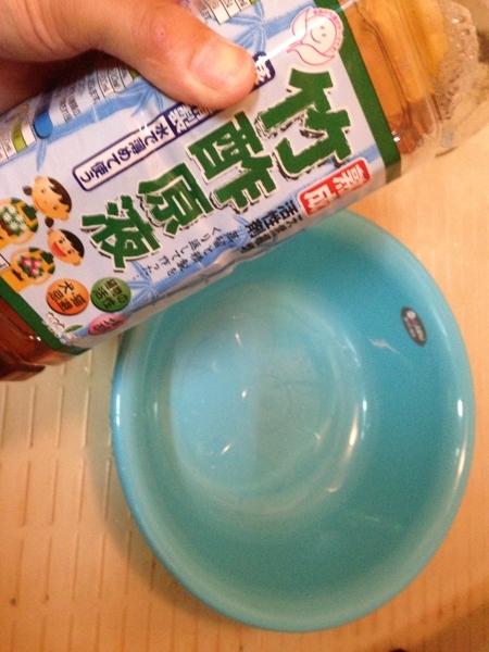 竹酢液を桶に入れる前